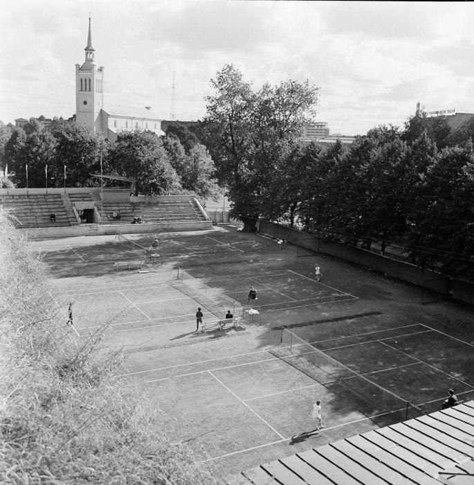 Теннисные корты в центре города. СССР, Эстония, 1960-е годы.