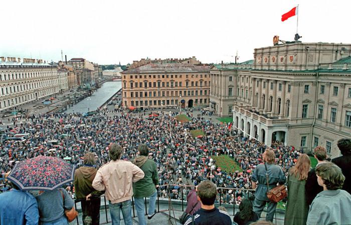 Одновременно с выборами президента РСФСР прошёл референдум о переименовании Ленинграда в Санкт-Петербург.