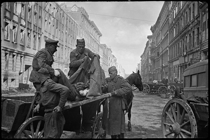 Выгрузка раненых в медицинском пункте на Фридрихштрассе. Берлин, 30 апреля 1945 года.
