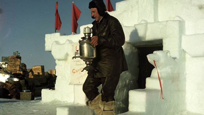 Повар дрейфующей станции Северный полюс - 3 И.М. Шариков в 1954 году.