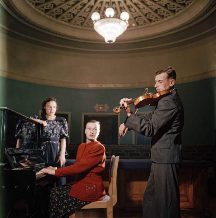 Занятия музыкой во Дворце культуры НТМК. Фото Семёна Фридлянда. СССР, Нижний Тагил, 1954 год.