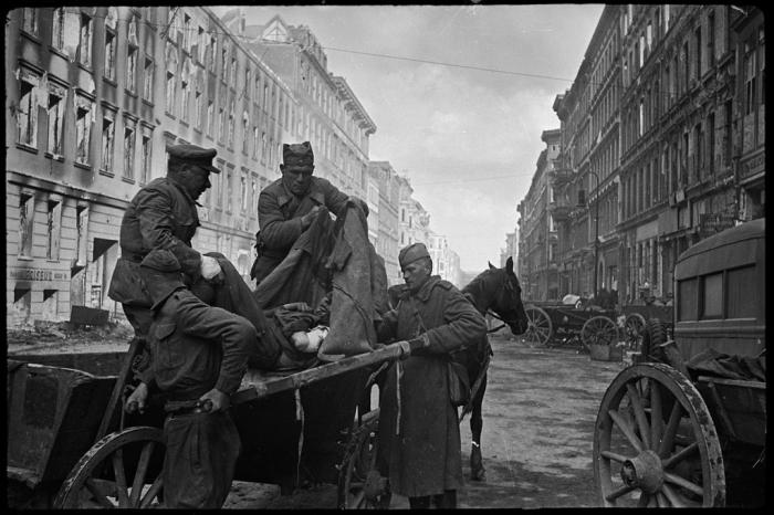 Транспортировка раненых в военный госпиталь на Фридрихштрассе. Германия, Берлин, 30 апреля, 1945 год.
