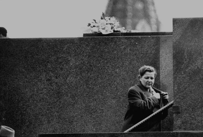 Екатерина Алексеевна Фурцева поднимается на трибуну Мавзолея.