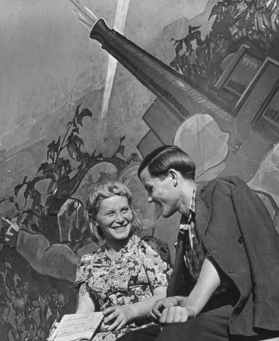 Молодая пара, отдыхающая парке культуры и отдыха имени Горького. СССР, Москва, 1941 год.