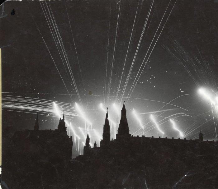Москва, освещенная выстрелами зениток. СССР, 1941 год.