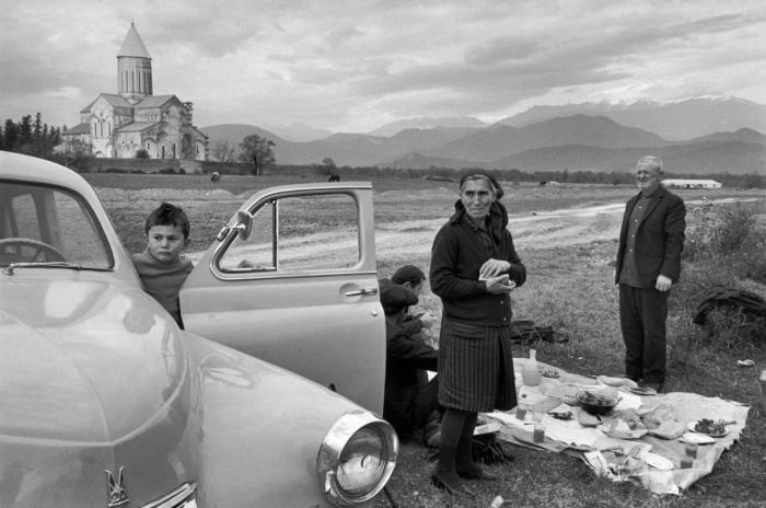 Семья на пикнике за городом. Грузия, 1972 год.