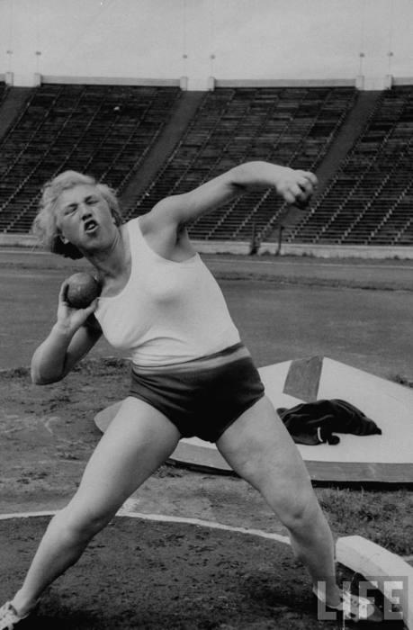 Спортсменка Галина Зыбина во время метания ядра. СССР, Москва, 1956 год.