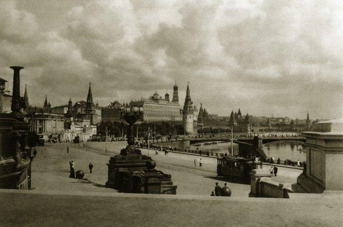 Вид на Московский Кремль неподалёку от Храма Христа Спасителя.
