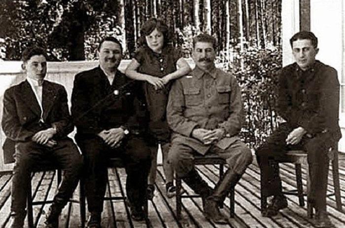 Василий Сталин, Андрей Жданов, Светлана Сталина, Йосиф Висарионович и старший сын Сталина от первого брака Яков Сталин, середина 1930-х годов.