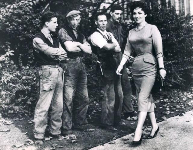 Джина Лоллобриджида проходит мимо английских рабочих в 1957 году.