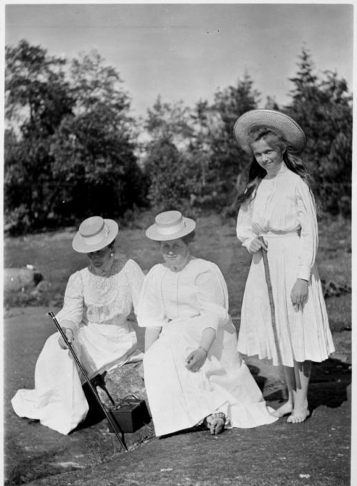 Императрица Александра с Анной Вырубовой и великой княжной Ольгой, старшей дочерью Николая II.