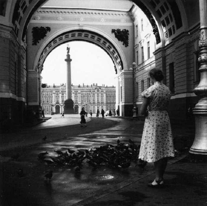 В арке здания Главного штаба. СССР, Ленинград, 1955 год.