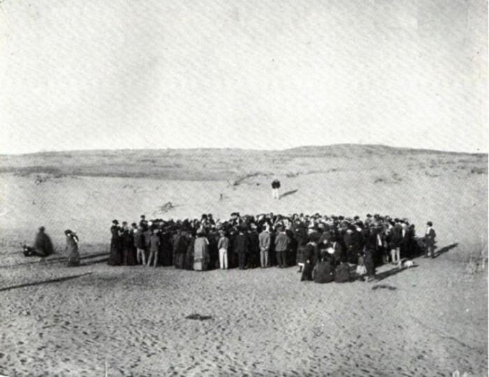 11 апреля 1909 года около ста человек бросают жребий, что бы поровну разделить 12 акров купленных песчаных дюн.