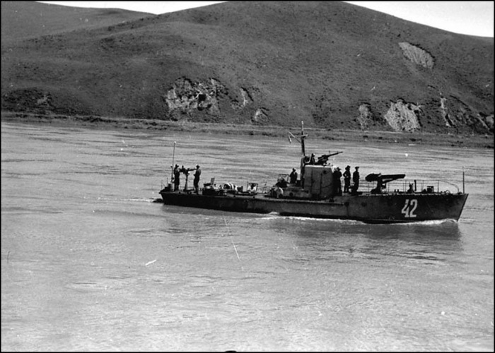 Советские корабли проходят район Малого Хингана.  Амурская флотилия, 1945 год.