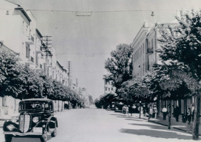 Новая машина, едущая по дороге. СССР, Минск, 1941 год.