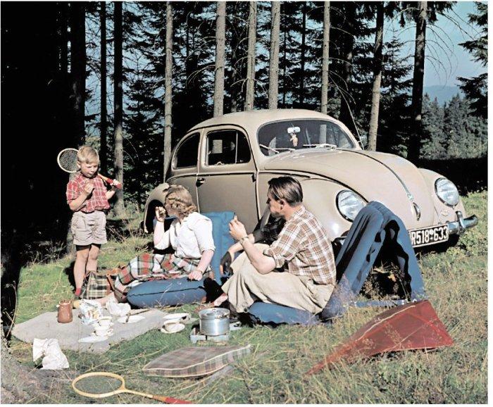 Западно-германская семья на пикнике в лесу в 1957 году.