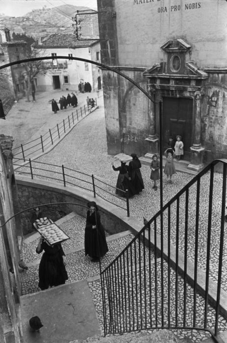Люди несущие пекарские изделия для выпечки. Италия, 1951 год.