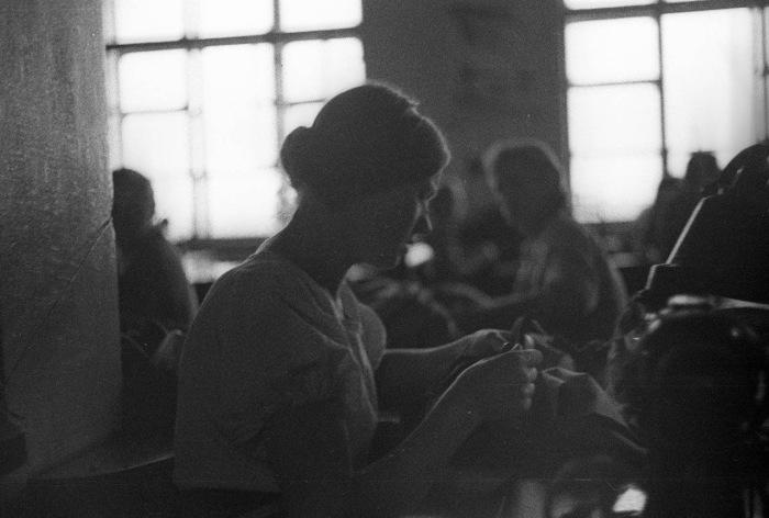 Женщина во время шитья на фабрике. СССР, Москва, 1939 год.