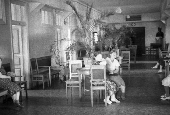 Женщины, сидящие на стульях в холле административного здания. СССР, Москва, 1939 год.