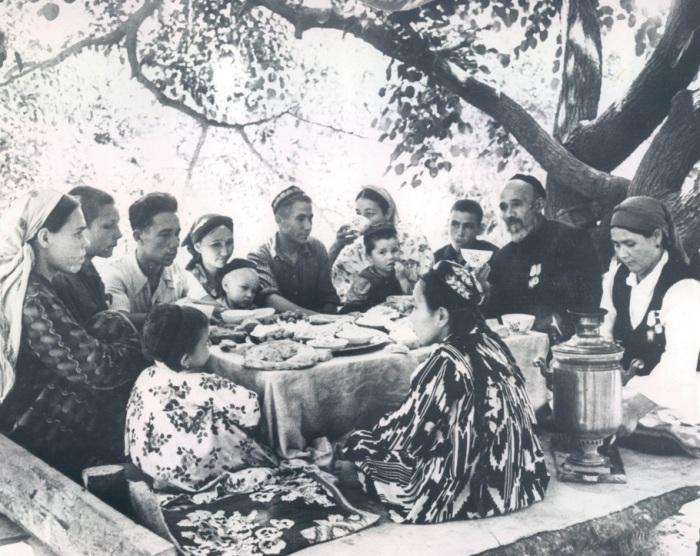 Кузнец Ахмед Шамахудов с семьей. СССР, Ташкент, 1957 год.