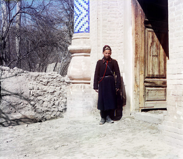 Низший чин полицейской стражи в столичных, губернских и уездных городах. Самарканд, начало 20 века.