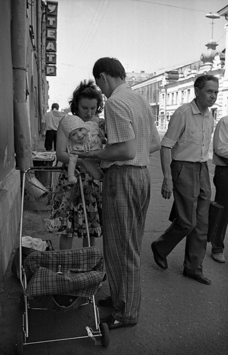 Заботливый отец. Улица Баумана, 1991 год. Автор фотографии: Evgeny Kanaev.
