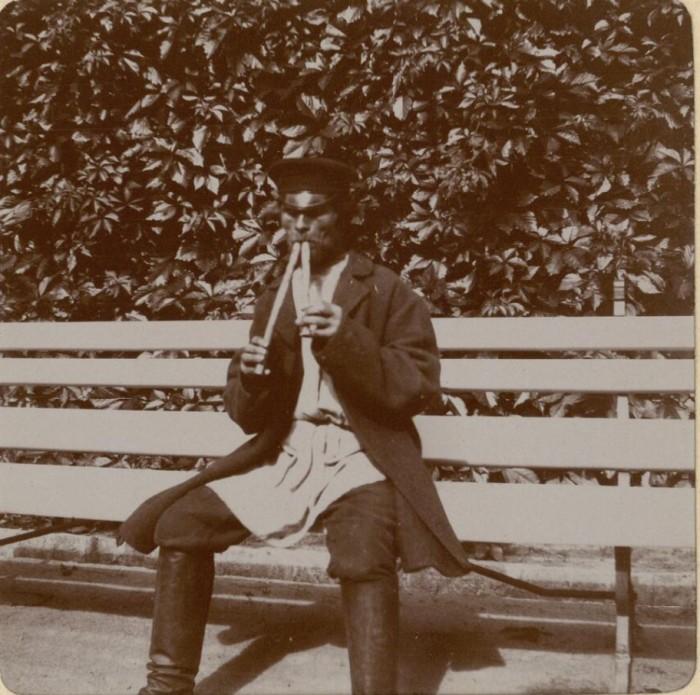 Игра на деревянном духовом музыкальном инструменте. Россия, село Талашкино, 1909 год.
