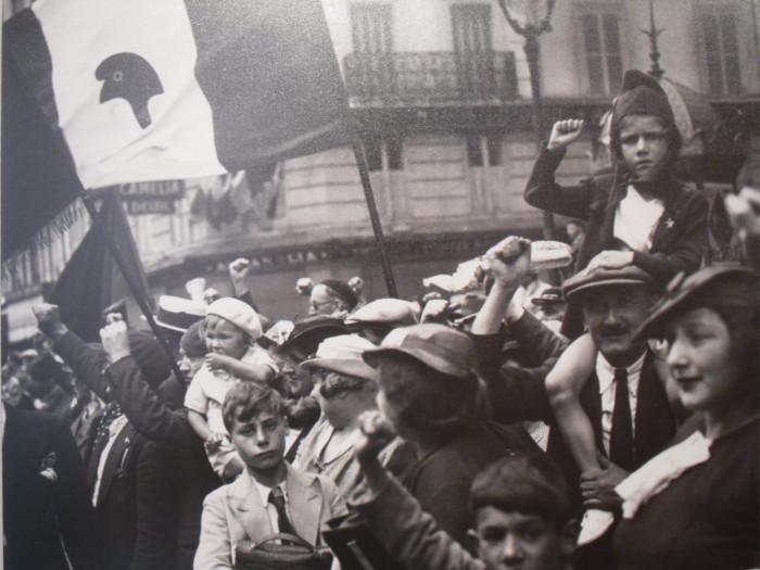 Демонстрация Народного Фронта в Париже в 1936 году.