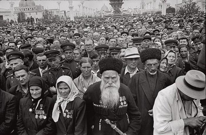 Герой Социалистического Труда на открытии выставки достижений народного хозяйства. СССР, Москва, 1954 год.
