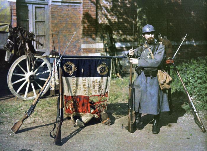 Французский солдат у боевого знамени 37-ого пехотного Екатеринбургского полка в 1917 году.