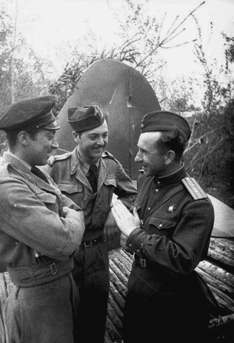 Майор ВВС РККА А.Ф. Матисов беседует с французскими летчиками авиационного полка в 1943 году.