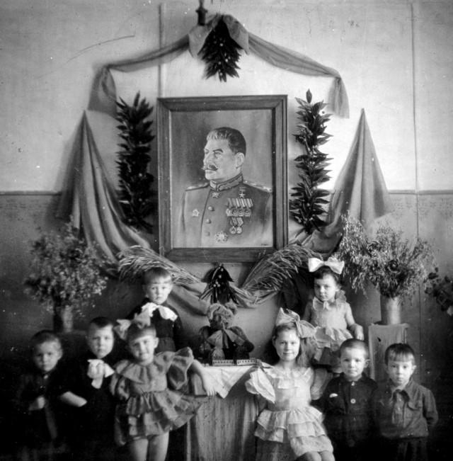 Красный уголок в детском саду. СССР, Тавда, 1948 год.