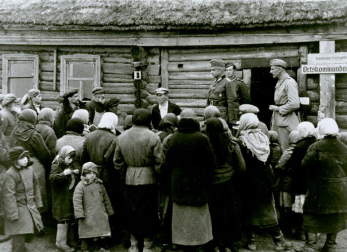 Офицер спецподразделения вермахта по уничтожению партизан, выступающий перед местными жителями. СССР, Западная Украина, 1941 год.