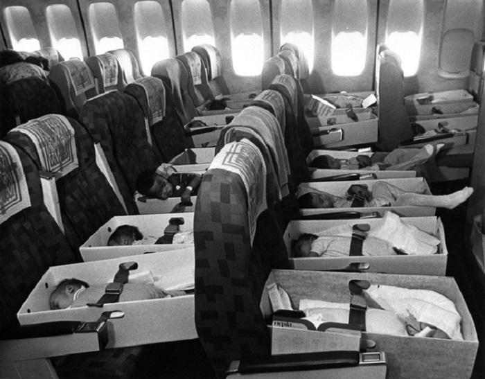 Младенцы, осиротевшие во время Вьетнамской войны, летят в Лос-Анджелес в 1975 году.