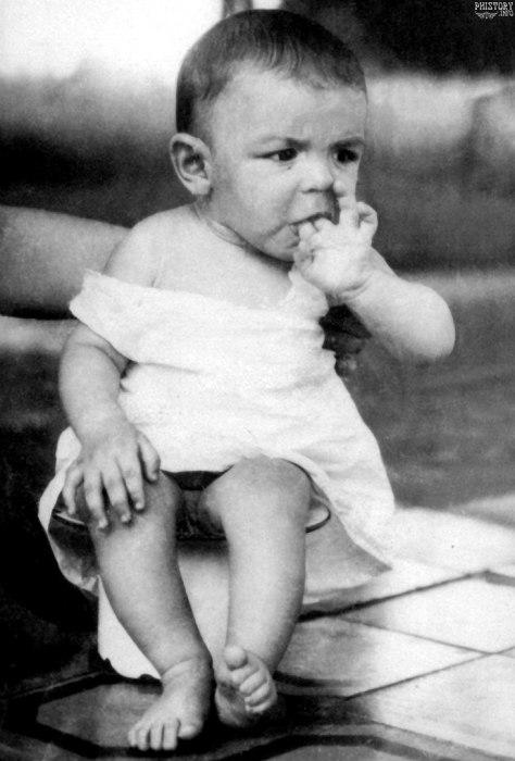 Эрнесто Че Гевара на горшке. Росарио, Аргентинская Республика, 1929 год.