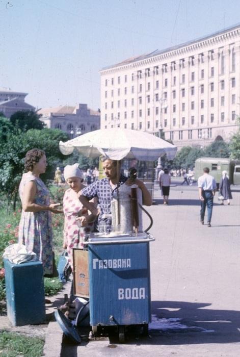 Продажа газированной воды. СССР, Киев, 1963 год.