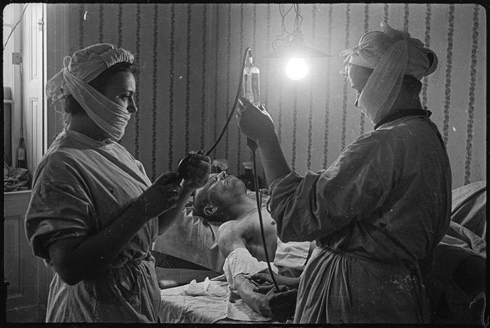 Переливание крови в медпункте Берлина. Май, 1945 год.