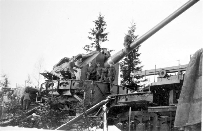 Финская трофейная советская 180-мм артиллерийская установка ТМ-1-180 на боевой позиции.