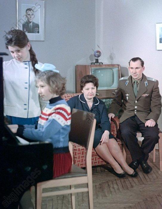 Космонавт Павел Беляев с семьёй в 1965 году.