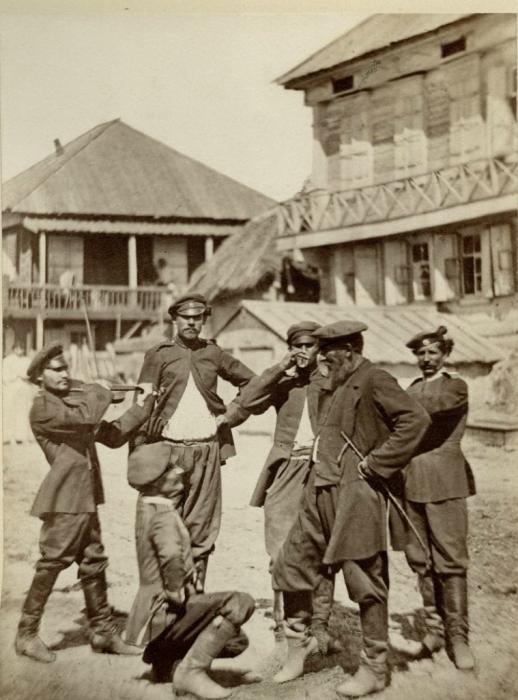 Донские казаки во время отдыха. Россия, 1876 год. Фото: Ivan Boldyrev.