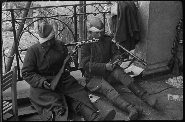 Раненые красноармейцы чистят своё табельное оружие, после окончания боёв за Берлин в 1945 году.