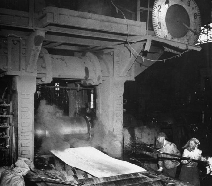 Работа на металлургическом заводе Красный Октябрь, который был на 90% разрушенный во время войны.