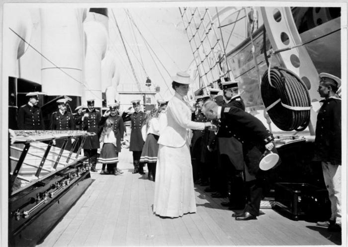 Императрицу Александру приветствуют на борту яхты Штандарт, на которой царская семья отдыхала и совершала официальные путешествия.