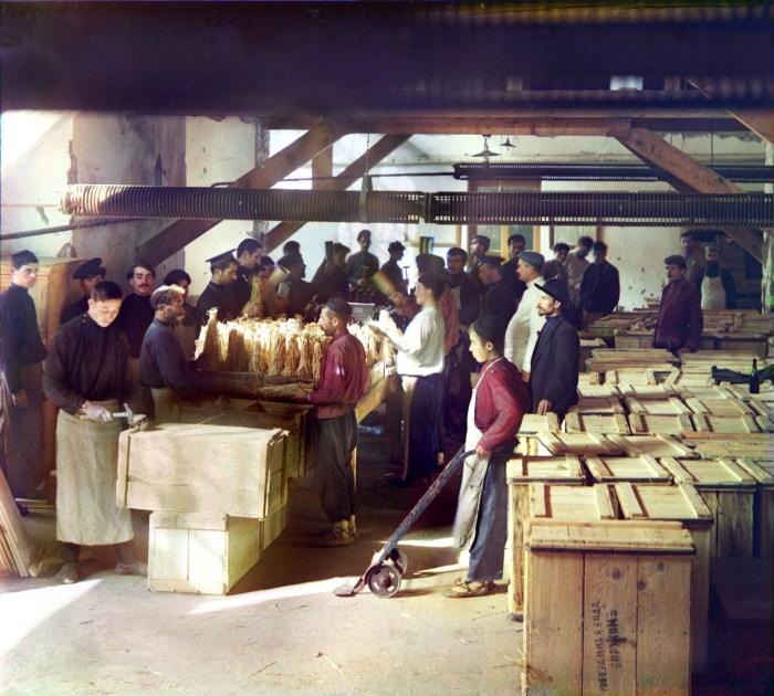 Упаковочный цех. Грузия, Баржоми, 1912 год.