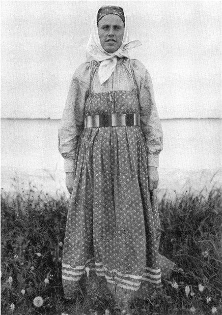 Девушка в национальной одежде.