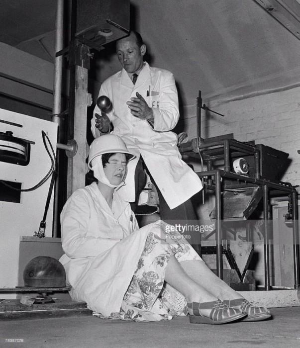 Научный работник исследовательского центра «Eliis Research laboratory» тестирует мотоциклетный шлем путём бросания на него стального шара, 1957 год.