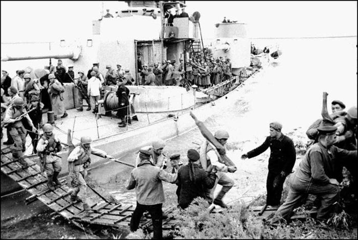 Монитор Амурской флотилии высаживает десант в 1945 году.