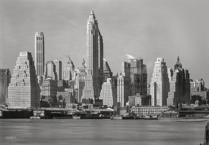 Нью-Йорк, нижний Манхэттен - вид со стороны Бруклина через Ист Ривер. США, 4 апреля 1932 года.