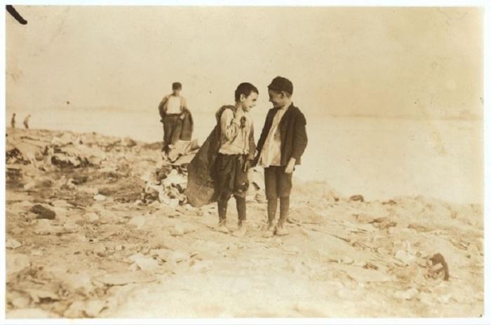 Мальчики, собирающие мусор на свалках в Бостоне в октябре 1909 года.