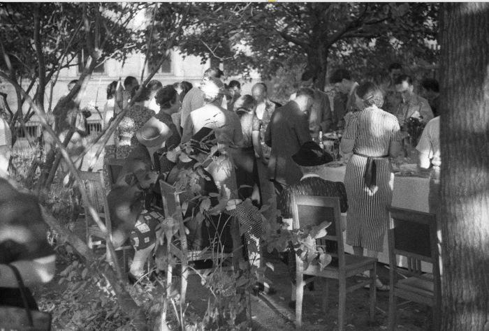 Люди, празднующие день рождения на пикнике. СССР, Москва, 1939 год.